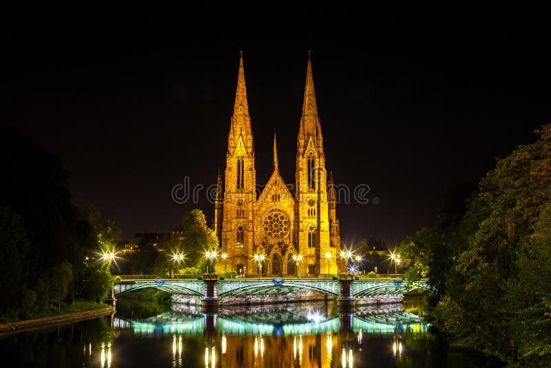 Sikt på den historiska kyrkan av Saint Paul med floden dåligt i Strasbourg på natten, royaltyfria foton