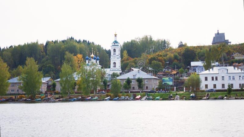 Sikt på den historiska staden Plyos för ryss på Volgaet River från det rörande kryssningskeppet på solnedgången fotografering för bildbyråer