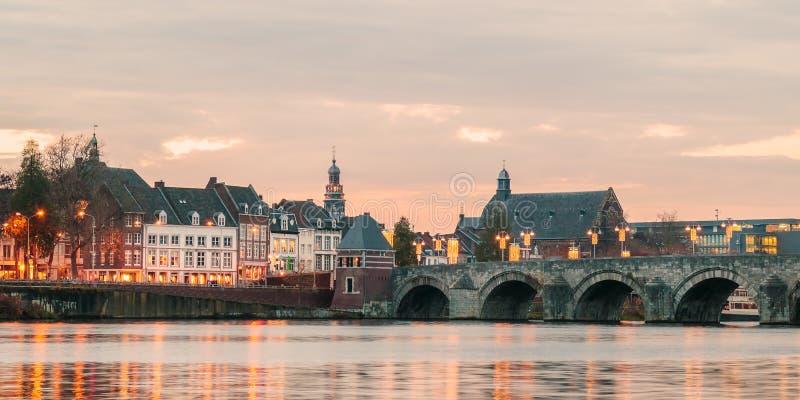Sikt på den holländareSint Servaas bron med ljus i Maastricht fotografering för bildbyråer