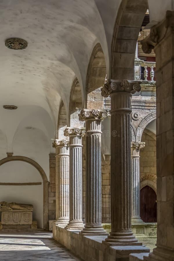 Sikt på den inre kloster på domkyrkan av Viseu, galleri för romanesquestilkolonner arkivfoton