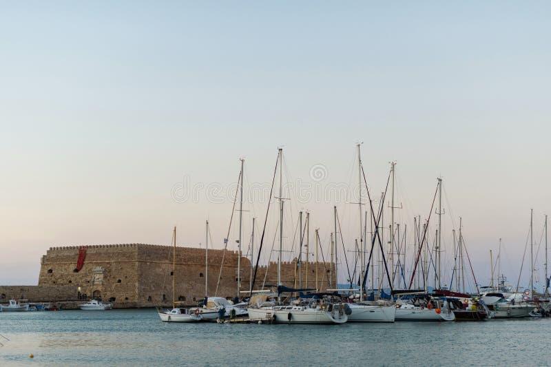 Sikt på den Koules fästningen den Venetian slotten av Heraklion i den Heraklion staden, Kreta, Grekland royaltyfria bilder