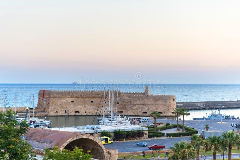 Sikt på den Koules fästningen den Venetian slotten av Heraklion i den Heraklion staden, Kreta, Grekland royaltyfri fotografi