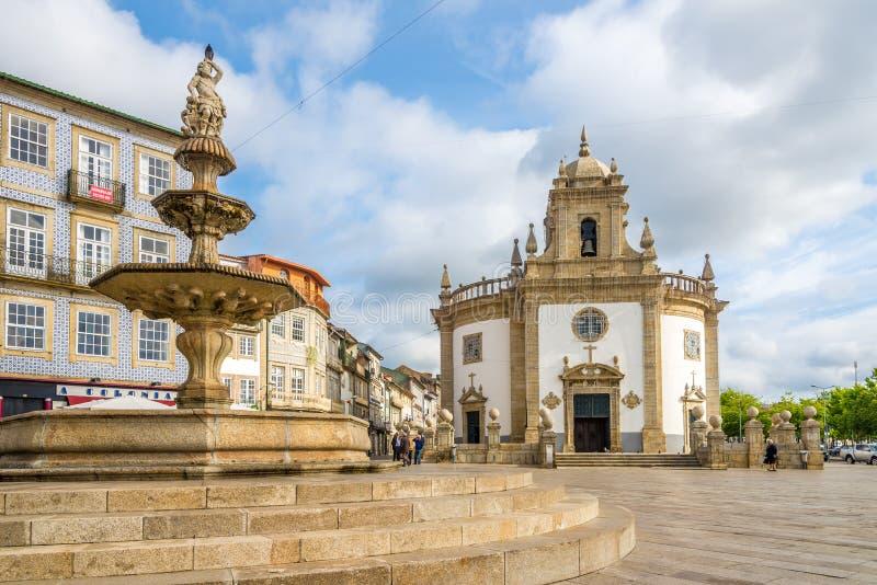 Sikt på den kyrkliga Bomen Jesus da Cruz med springbrunnen i Barcelos - Portugal arkivbild