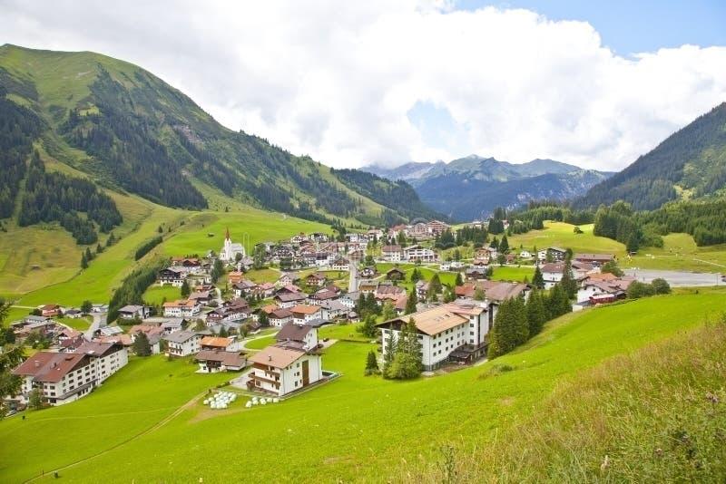 Sikt på den lilla byn Berwang i Tirol, Österrike arkivfoto