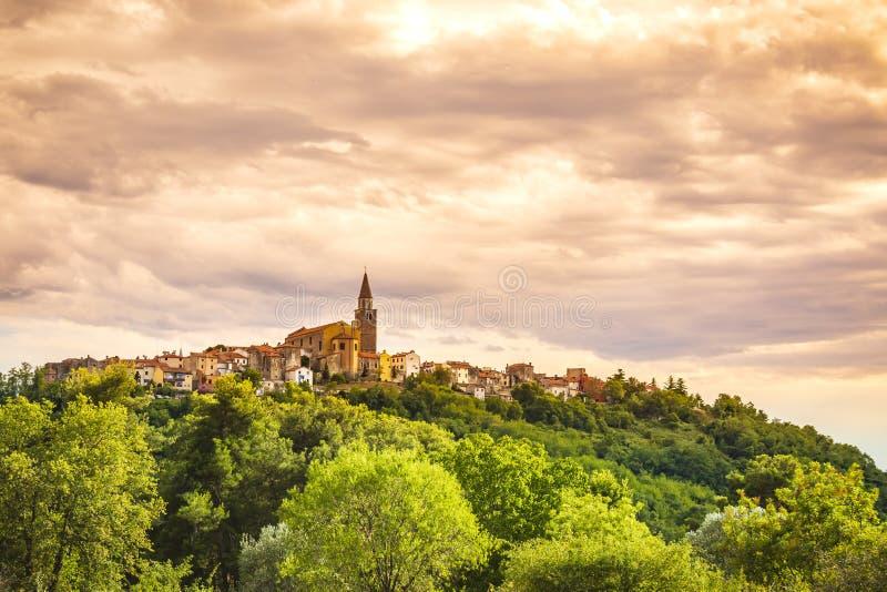 Sikt på den medeltida byn Buje i Kroatien royaltyfria foton