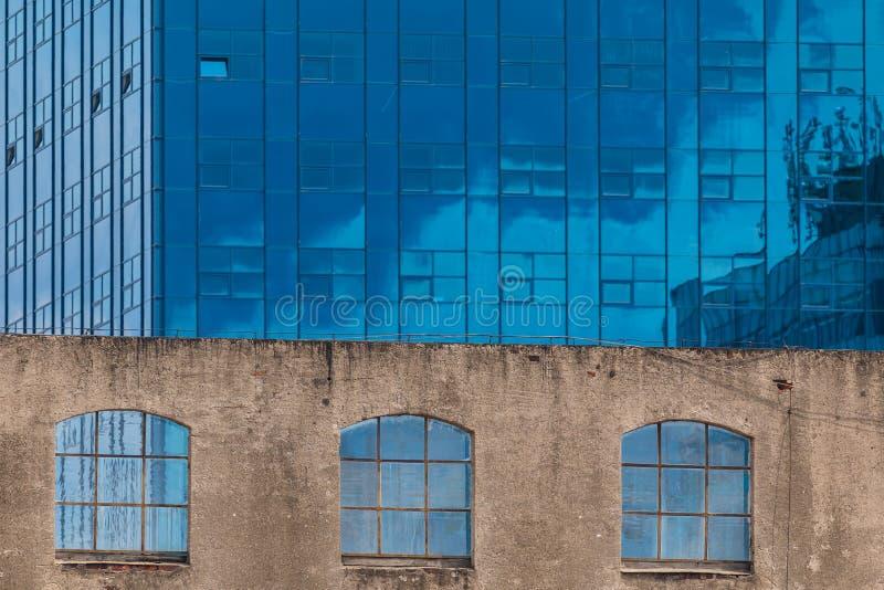 Sikt på den moderna kontorsbyggnaddetaljen, glass yttersida royaltyfri bild