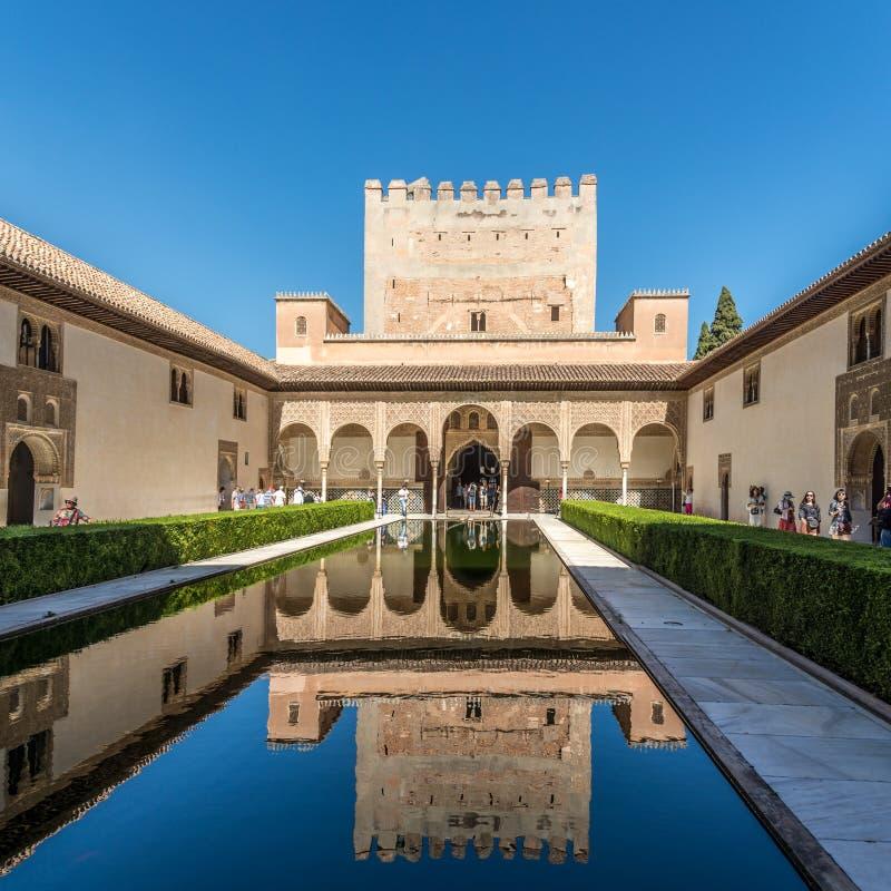 Sikt på den Nazaries slotten i den Alhambra mitten av Granada i Spanien arkivfoto
