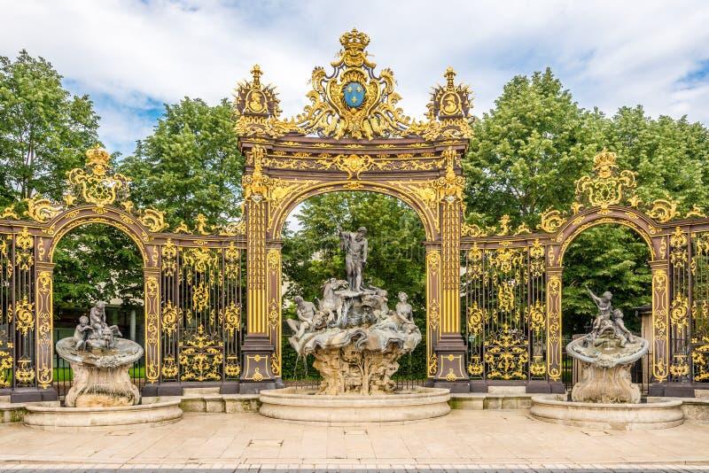 Sikt på den Neptun springbrunnen på stället av Stanislas i Nancy - Frankrike arkivbild