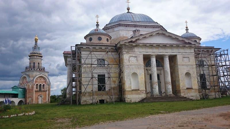 Sikt pÃ¥ den Novotorgsky Borisoglebsky kloster i Torzhok Det är en stad i Tver Oblast, Ryssland som lokaliseras pÃ¥ den Tvertsa  fotografering för bildbyråer