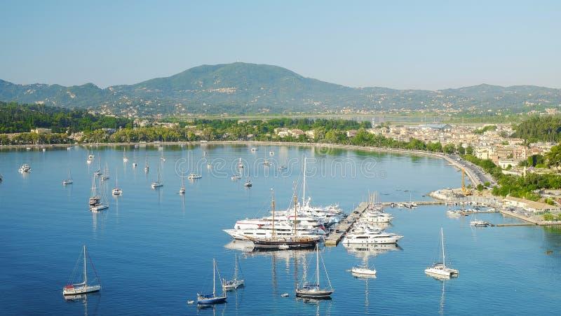 Sikt på den nya porten och staden Kerkira på ön Korfu, Greec arkivfoton