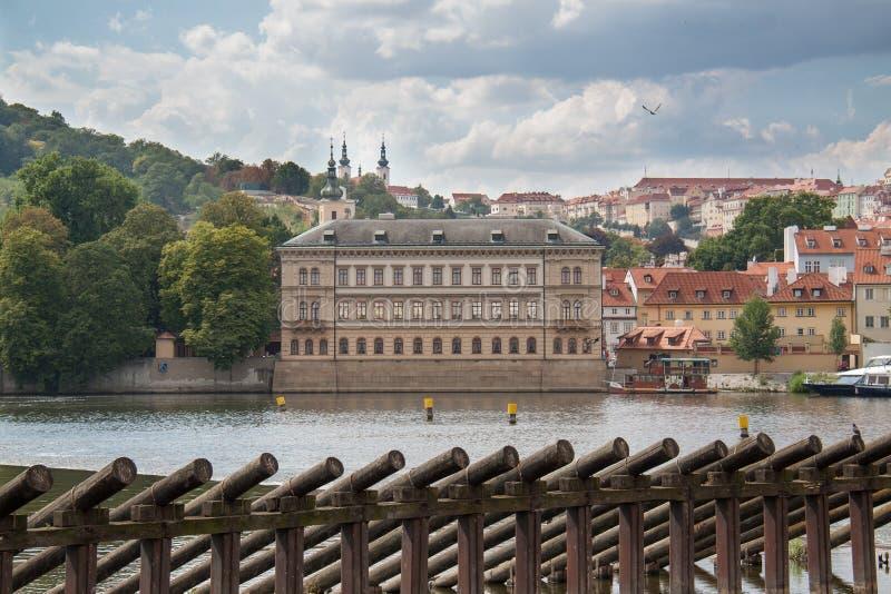 Sikt på den Prague byggnader och floden royaltyfri bild