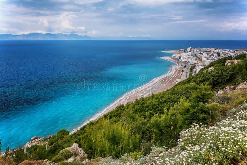 Sikt på den Rhodes staden med den sandiga stranden Rhodes ö, Dodekanes, Grekland royaltyfri bild