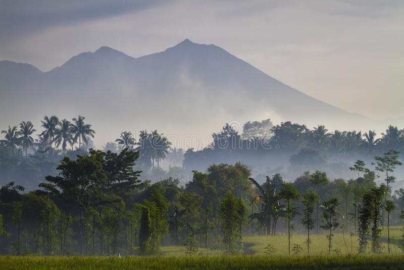 Sikt på den Rinjani vulkan i den Lombok ön, Indonesien. arkivbilder