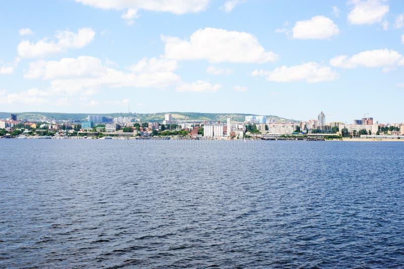 Sikt på den Saratov staden från Volga River Ryssland royaltyfri foto