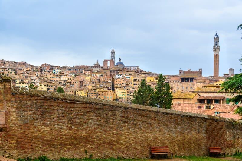 Sikt på den Siena staden från den basilikaMaria deien Servi italy arkivbild