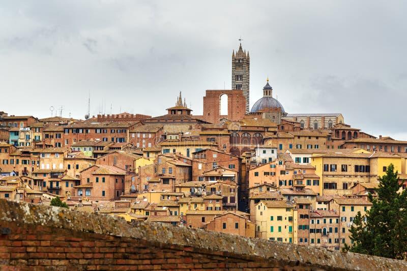 Sikt på den Siena staden från den basilikaMaria deien Servi italy royaltyfri bild