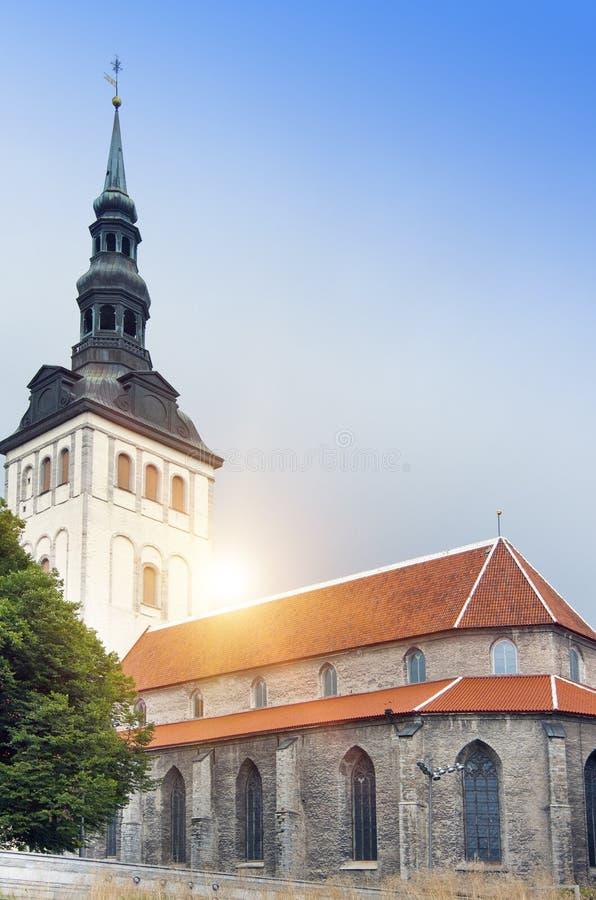 Sikt på den St Nicholas `-kyrkan Niguliste för tallinn thomas för stadsestonia korridor fåfängt väder för gammal town torn fotografering för bildbyråer