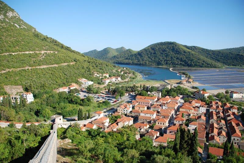 Sikt på den Ston staden i Kroatien royaltyfri foto