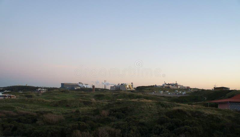 Sikt på den Tata Steel fabriken i soluppgångtid nära Wijk aan Zee royaltyfria bilder
