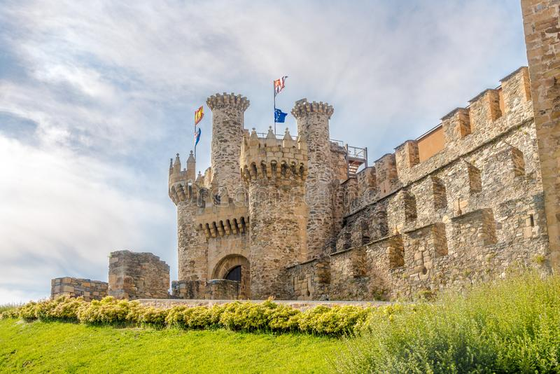 Sikt på den Templar slotten som byggs i det 12th århundradet i Ponferrada - Spanien arkivfoto
