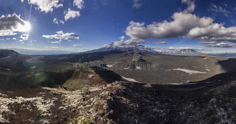 Sikt på den Tolbachik vulkan från svart vulkanisk sand med få vegetation arkivfoton