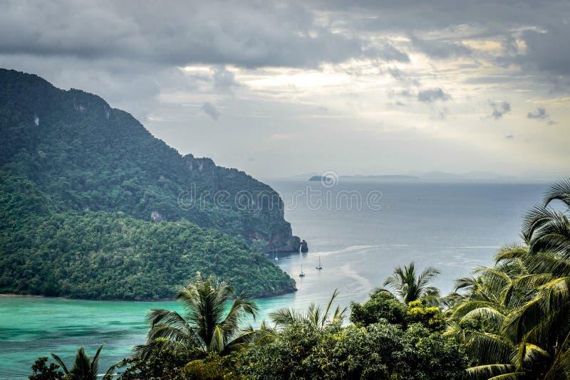 Sikt på den tropiska Phi Phi ön arkivfoton