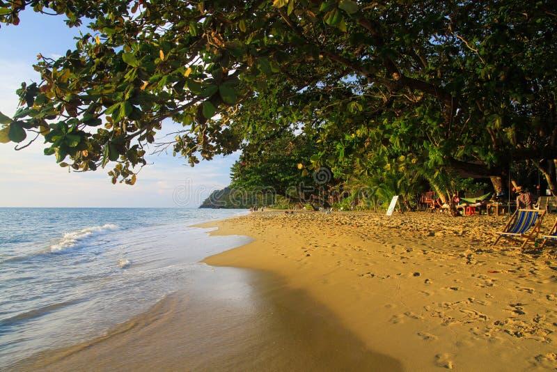 Sikt på den tropiska vita sandstranden, Ko Chang, Thailand royaltyfri fotografi