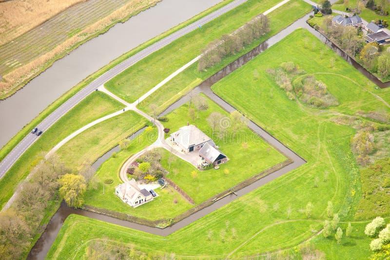 Sikt på den typiska holländska lantgården från över royaltyfri foto