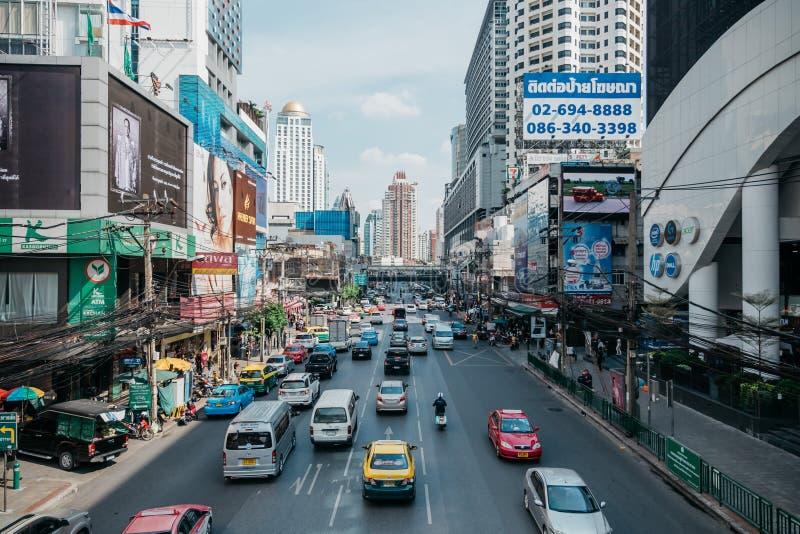 Sikt på den upptagna Phetchaburi vägen i Bangkok, Thailand arkivfoton