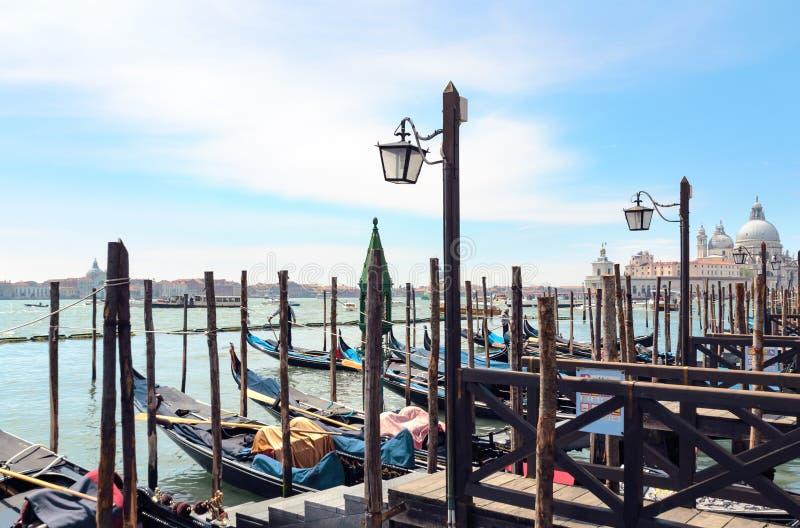 Sikt på den Venedig lagun med gondoler och lyktor och San Giorgio Maggiore på bakgrund arkivbilder