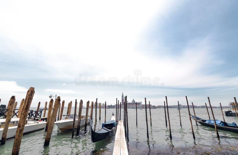 Sikt på den Venedig lagun med gondoler och lyktor och San Giorgio Maggiore på bakgrund royaltyfria foton