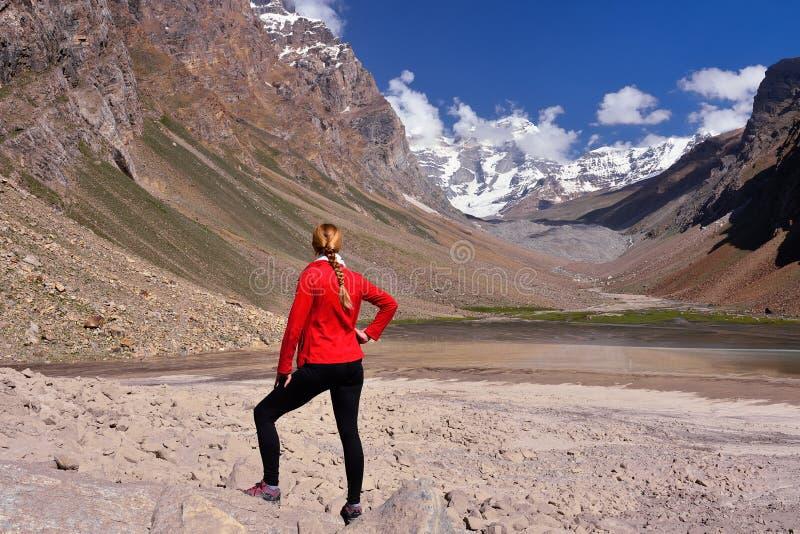 Sikt på den Wakhan dalen i det inTajikistan Pamir berget royaltyfria bilder
