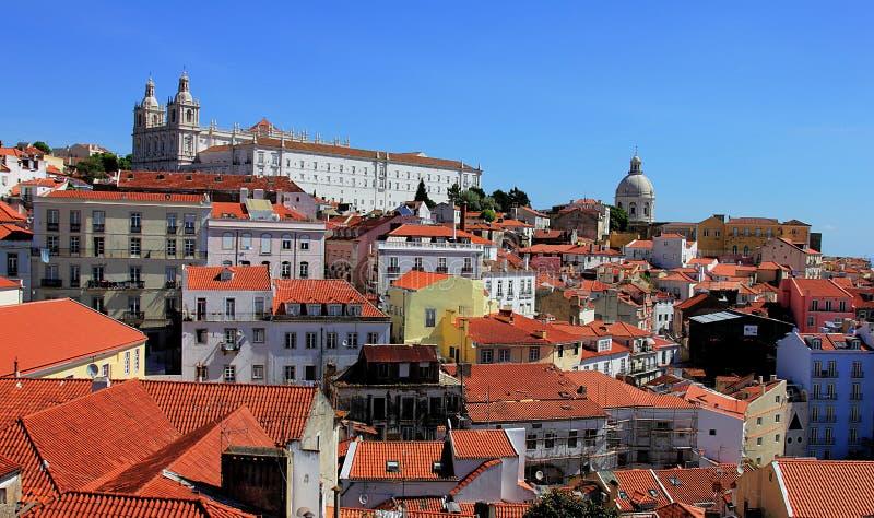 Sikt på det Alfama området och på Igreja de São Vicente de Fora in i Lissabon, Portugal arkivfoto
