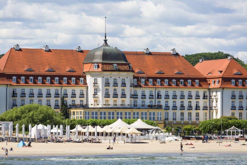 Sikt på det berömda storslagna hotellet nästan Östersjön, sandig strand, Sopot, Polen royaltyfri foto