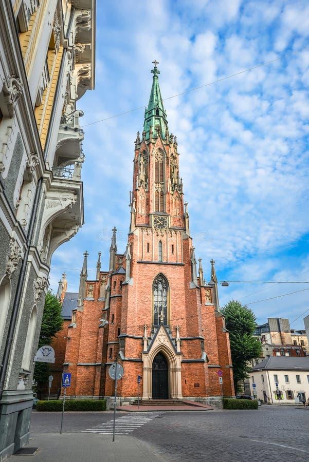 Sikt på det forntida helgonet Gertrude Old Church och ljus blå himmel, Riga Lettland St Gertrude Old Church royaltyfria bilder