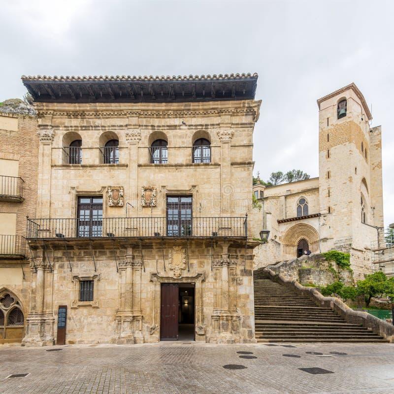 Sikt på det gamla stadshuset och kyrkan av San Pedro de la Rua i Estella Lizarra - Spanien arkivfoto