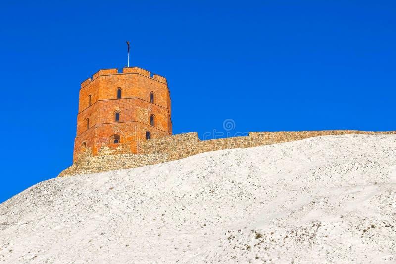 Sikt på det Gediminas tornet på slottkullen i den gamla staden av den Vilnius staden i Litauen fotografering för bildbyråer