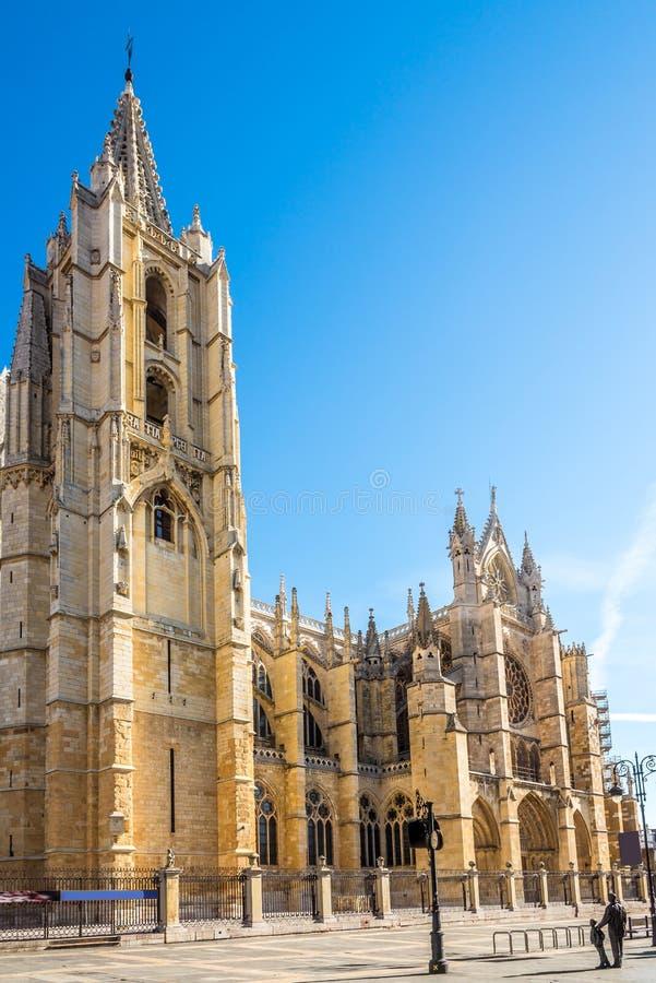 Sikt på det Klocka tornet av domkyrkahuset av ljus i Leon - Spanien arkivbilder
