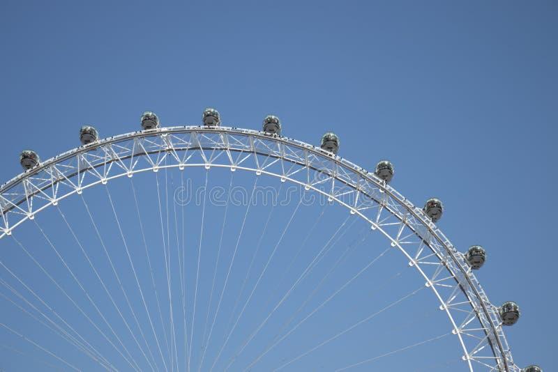 Sikt på det London ögat, blå himmel fotografering för bildbyråer