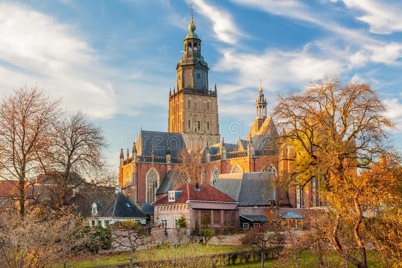 Sikt på det medeltida centret av den holländska staden Zutphen fotografering för bildbyråer