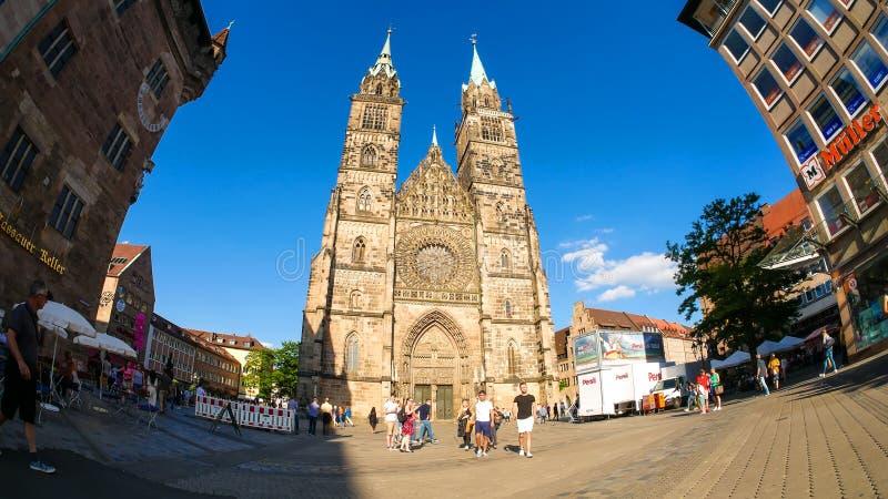 Sikt på domkyrkan av helgonet Lorenz i Nuremberg i Tyskland royaltyfria foton