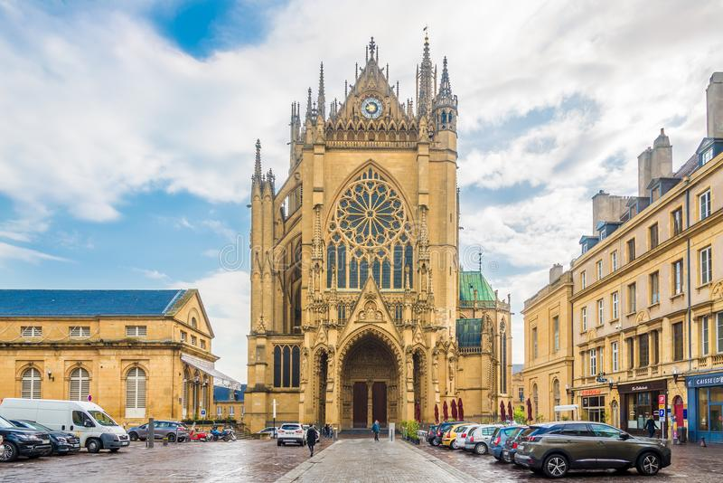 Sikt på domkyrkan av St Stephen från ställe av Jean Paul 2 i Metz - Frankrike royaltyfri bild