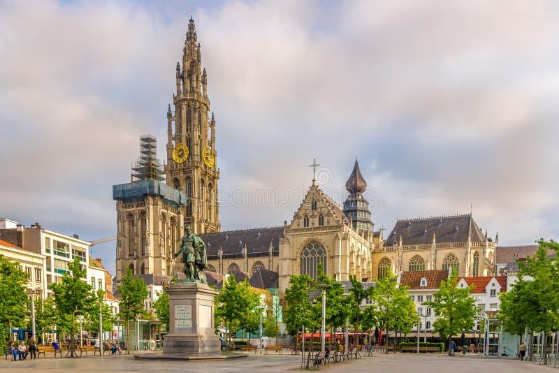 Sikt på domkyrkan av vår dam i Antwerp - Belgien royaltyfri fotografi