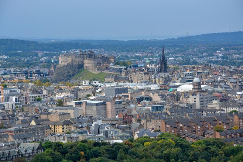 Sikt på Edinburgslott och den gamla staden från Arthurs Seat, Sco royaltyfri fotografi