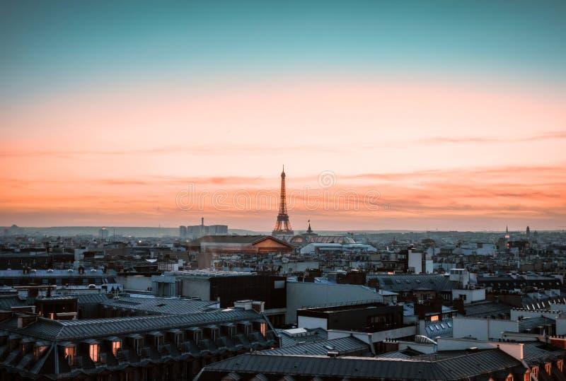 Sikt på Eiffeltorn på solnedgången royaltyfri fotografi