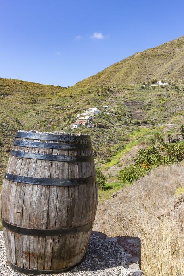 Sikt på en av byarna i bergen runt om Masca, med en gammal regntrumma på förgrunden, Tenerife, Spanien royaltyfri bild