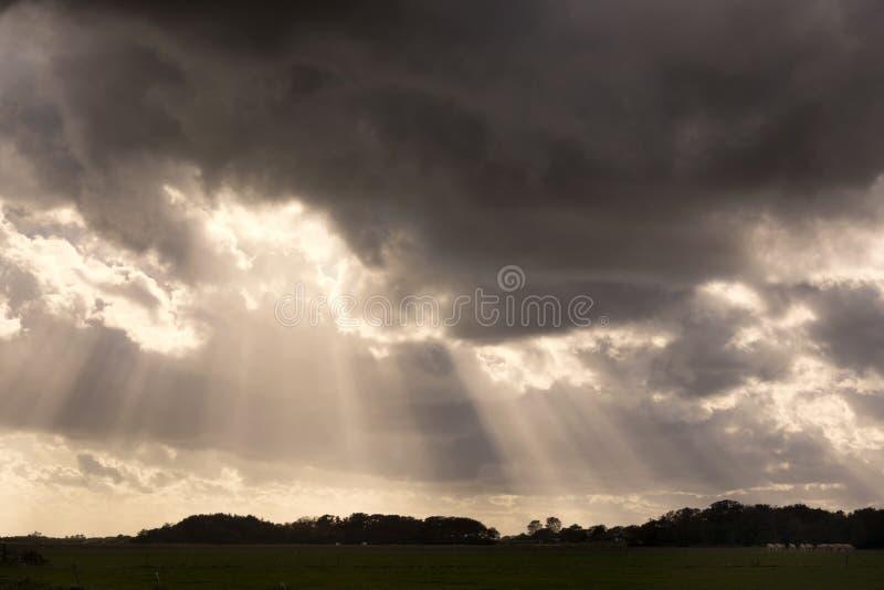 Sikt på en dramatisk och härlig cloudscape på ön av Texel, landskap Nord-Holland, Nederländerna arkivbilder