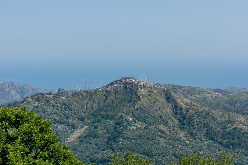 Sikt på en by i bergen royaltyfri foto