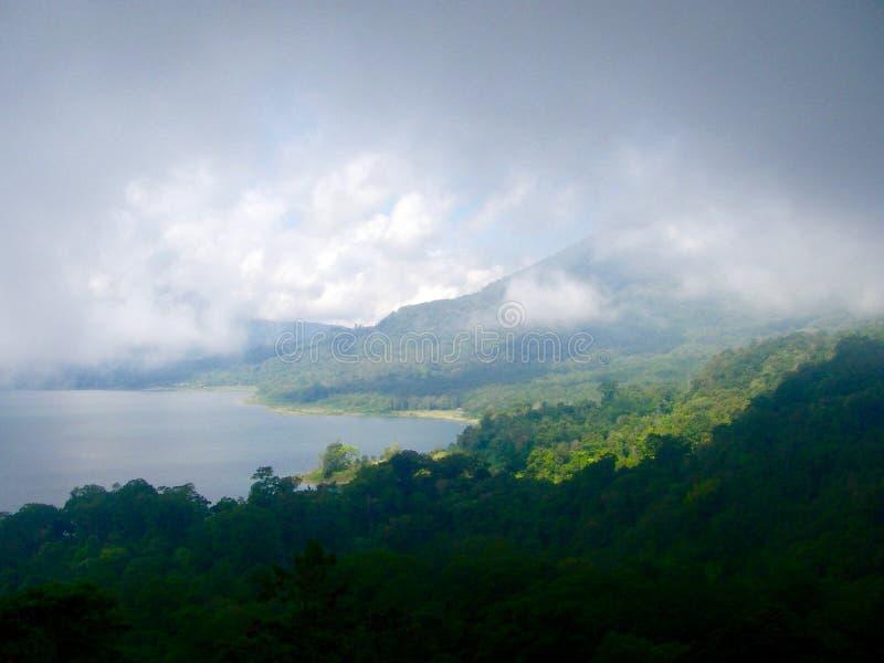 Sikt på en sjö och ett gräsplanberg i Bali arkivbilder