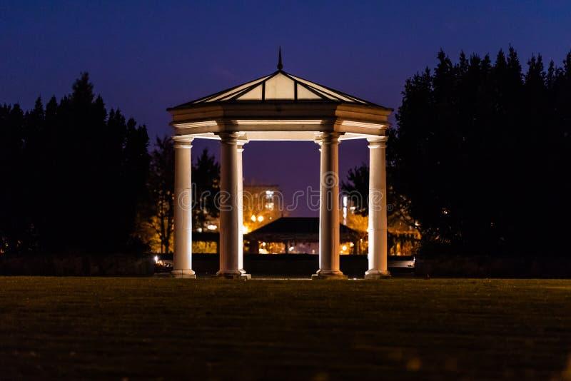 Sikt på en upplyst gazebo i en natt arkivfoton